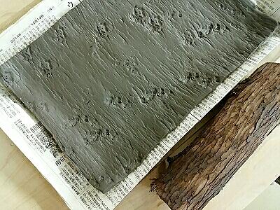 ヒバの木の樹皮を押し付けて、角皿を制作。