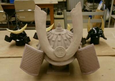 陶芸教室 東京 国立けんぼう窯 陶器の兜が5個並びました。