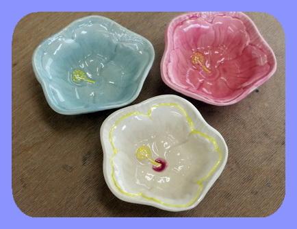 陶芸教室 東京国立 けんぼう窯 ハイビスカスの花の小鉢。