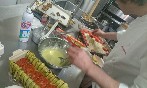東シェフ、南仏野菜のテリーヌ製作中