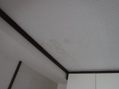 最上階の天井にシミが!雨漏りか?