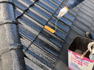 鶴ヶ島市で屋根セメント瓦の下塗り工事をしてきました