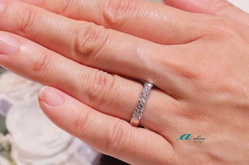 昔流行の一文字指輪もシンプルな定番の指輪に