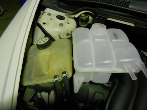 ボルボV50 クーラントタンク亀裂変色、エレメント黒い取替